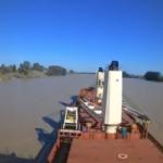 Buque Navegando por el Rio Guadalquivir en su Maniobra de Entrada